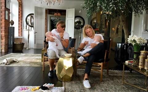 Тайво Пиллер и Март Хабер со своими малышами Хильдой и Хубертом.