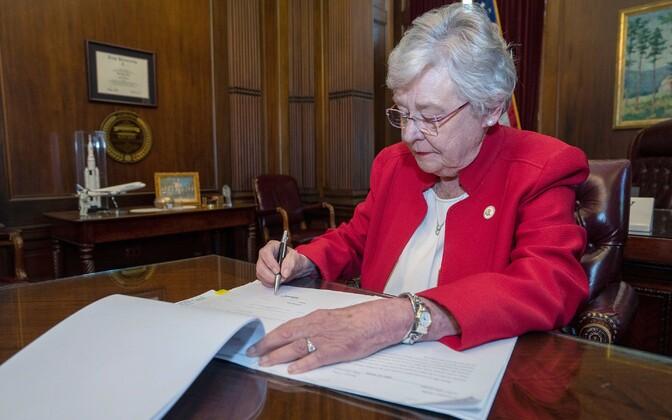 Alabama kuberner Kay Ivey seadust allkirjastamas.