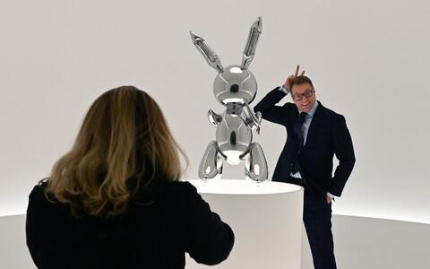 Mees poseerimas Christie'se oksjonimajas Jeff Koonsi jänesega