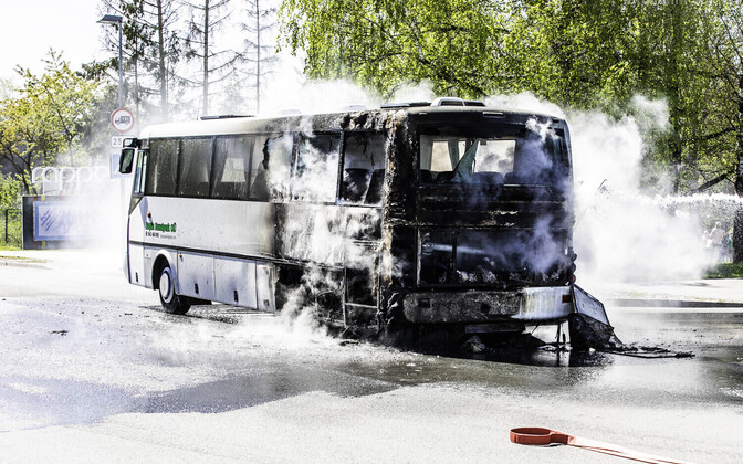 Обгоревший автобус.