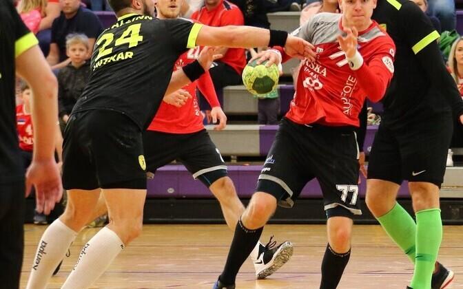 Eesti meistrivõistluste kullamängudebüüdi teinud Markus Viitkar (vasakul) ja Alfred Timmo (palliga)