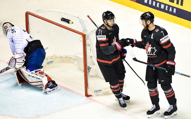 Сборная Канады одержала третью победу на турнире.