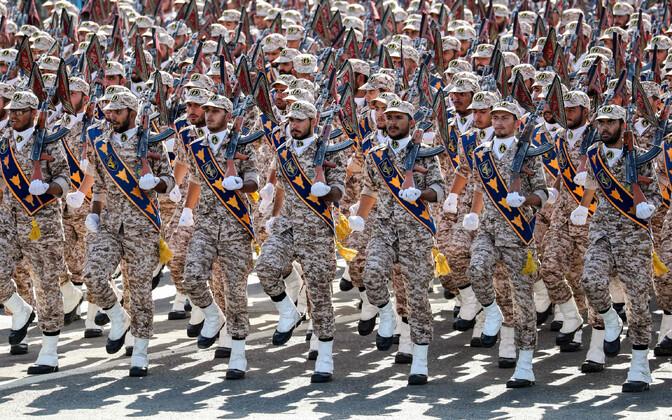 Iraani revolutsiooniline kaardivägi paraaadil.