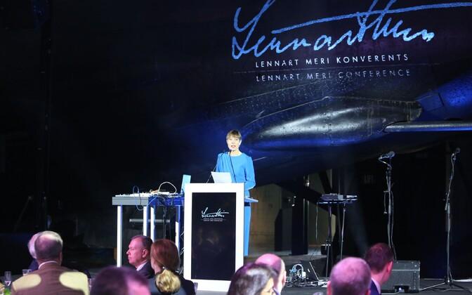 Kersti Kaljulaid konverentsil kõnet pidamas.