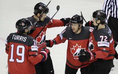 Kanada jäähokimängijad väravat tähistamas