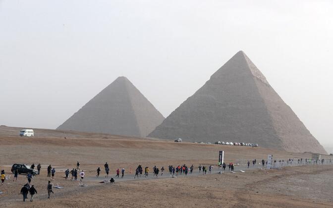 Märt Väljataga on tõlkijaid võrrelnud Egiptuse püramiidide ehitajatega, kelle nime keegi ei mäleta. Giza püramiidid Kairo lõunaosas.