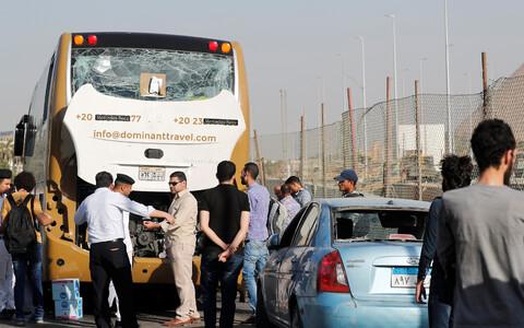 Поврежденный взрывом автобус.