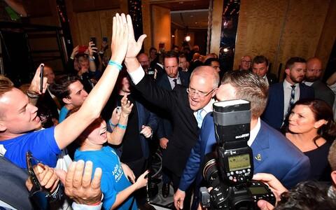 Премьер-министр Австралии Скотт Моррисон празднует победу.
