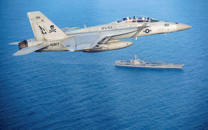 USA sõjalennuk F/A-18E Super Hornet lendamas Araabia merel lennukikandja USS Abraham Lincoln lähistel.