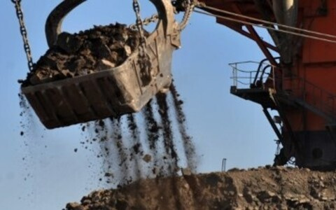 При добыче сланца образуется известняк, который предприятия вынуждены складировать в гигантские горы.