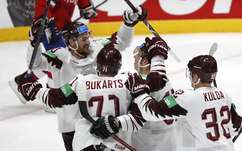 Сборная Латвии празднует победу.