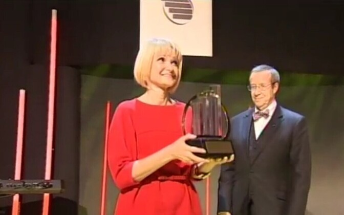 Ruth Oltjer receiving an award as former president Toomas Hendrik Ilves looks on.