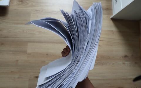 Pildil on 156 A4 paberit, mis on tudengil esimese ülikooliaasta jooksul jõudnud koguneda.