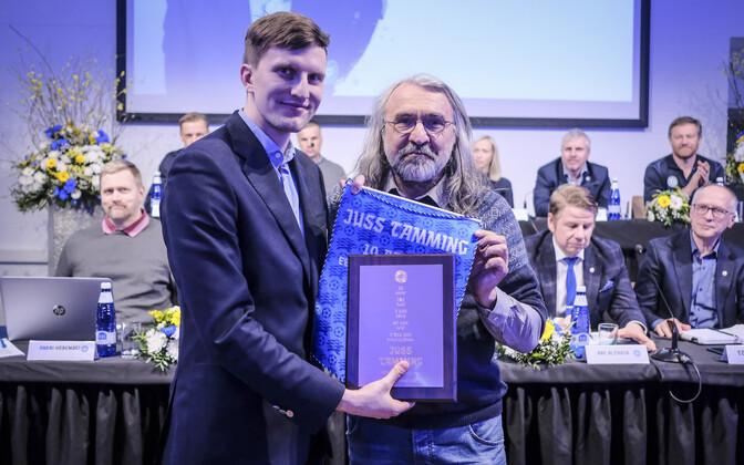 Juss Tamming koos Eesti Jalgpalli Liidu presidendi Aivar Pohlakuga.