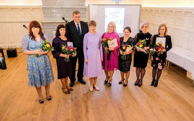 President Kersti Kaljulaid, and justice minister Raivo Aeg (Isamaa), with the six recipients of the prevention of domestic violence awards.