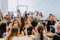 Школьницы Таллиннской гимназии Куристику  тестируют прототип мобильного приложения.