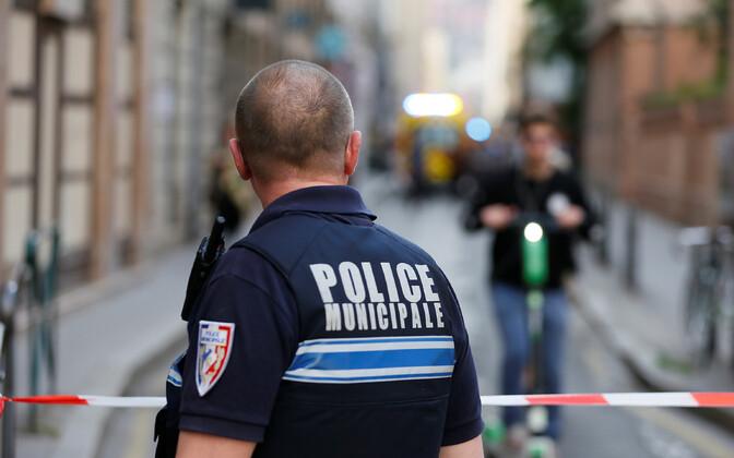 Полицейский на месте взрыва в Лионе.