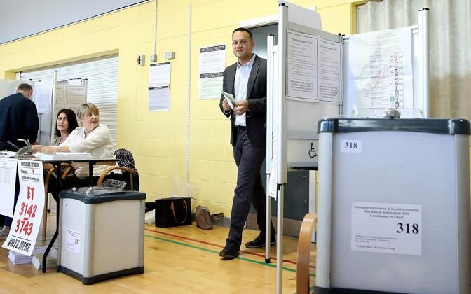 Iiri peaminister Leo Varadkar valimisjaoskonnas.