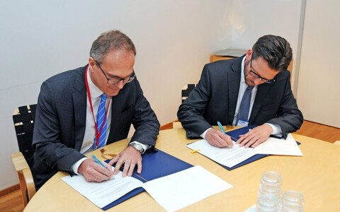 Riho Kuppart and Petter Tiippanen signing the agreement, May 24, 2019.