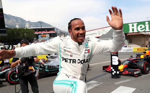 Lewis Hamilton tähistab kvalifikatsiooni võitu Monte Carlo ringrajal