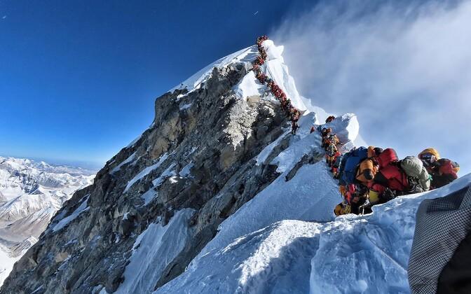 Очередь перед вершиной Эвереста.