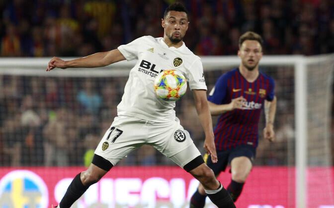 Valencia poolkaitsja Francis Coquelin püüab palli kontrollida finaalis Barcelona vastu