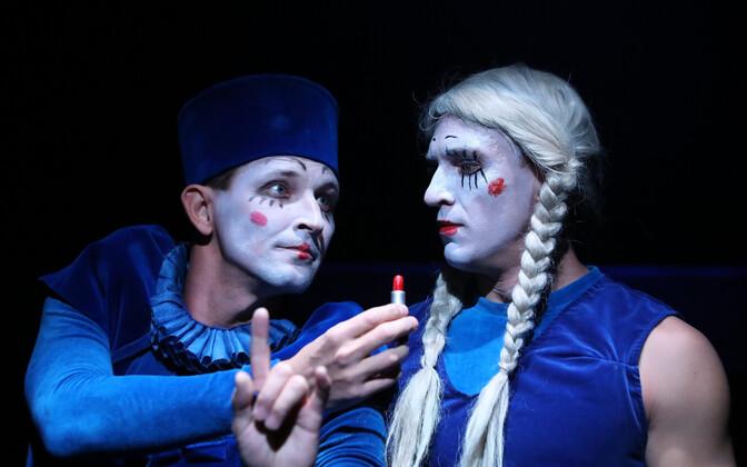 Nagu Shakespeare'i ajalgi, mängivad Kudašovi lavastuses meesnäitlejad naisi