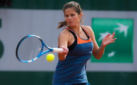 Julia Görges Roland Garrosi tennisekeskuses harjutamas.
