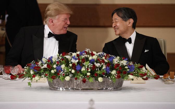 Donald Trump ja Jaapani keiser Naruhito Tokyos.