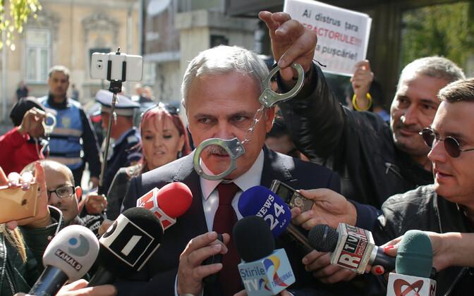 Protestija vehkis 2017. aastal Liviu Dragnea ees käeraudadega.
