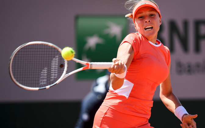 Anett Kontaveit in action at Roland Garros.