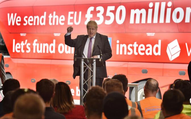 Борис Джонсон перед брекситом на фоне автобуса с лозунгом о том, что Британия страна отдает ЕС 350 млн фунтов в неделю.