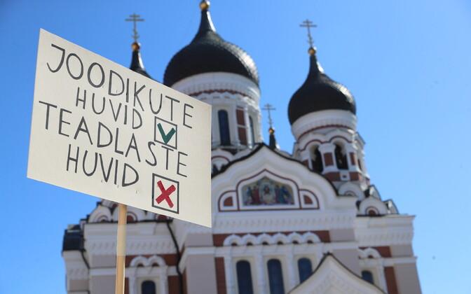 Teadlased Toompeal teadmistepõhise Eesti matustel.