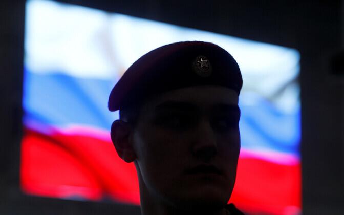 Vene sõdur ja lipp.