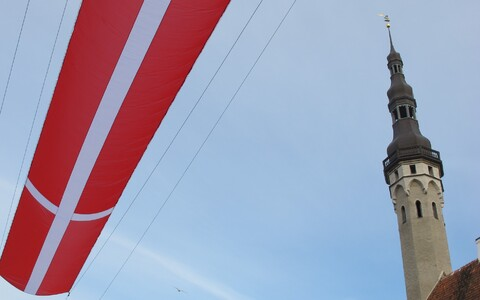 Sümboolne Taani lipp Raekoja platsi kohal.