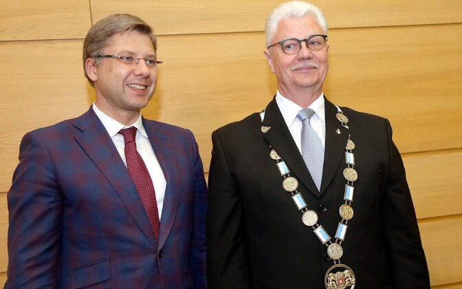 Korruptsiooni tõttu lahkuma sunnitud Riia endine linnapea Nils Ušakovs ja äsja ametiketi kaela saanud uus linnapea Dainis Turlais.
