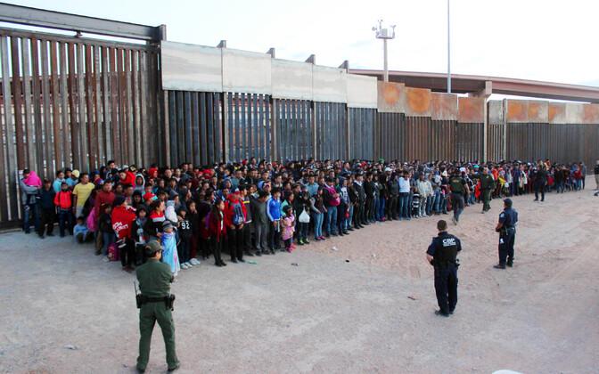 Osa USA piiril tabatud 1036 inimese suurusest migrantide rühmast.