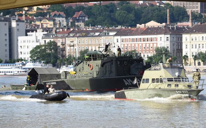 Ungari sõjaväelaevad Doonau jõel õnnetuspaigas.