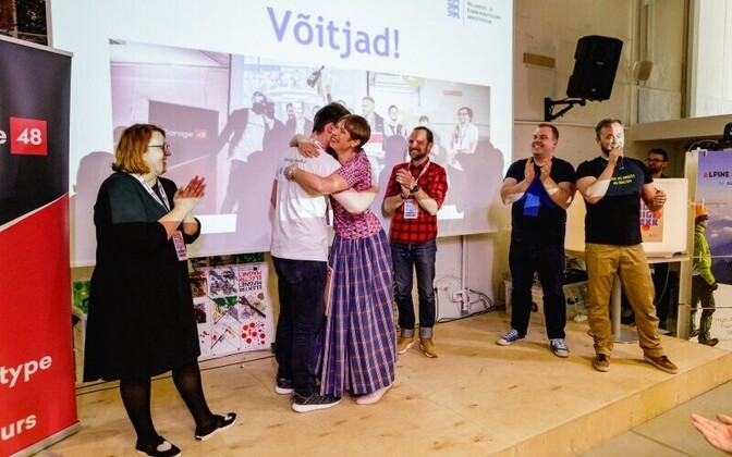 President Kersti Kaljulaid presenting the award to Guardtime, the winners of the second state digital hackathon.