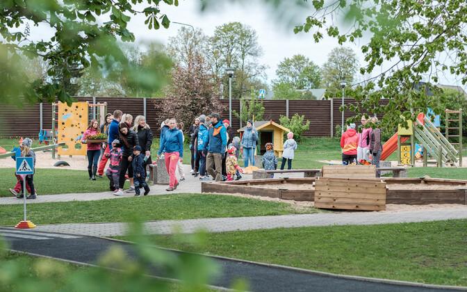 Lapsed võtsid lasteaeda kaasa oma vanemad, et korrastada õueala.