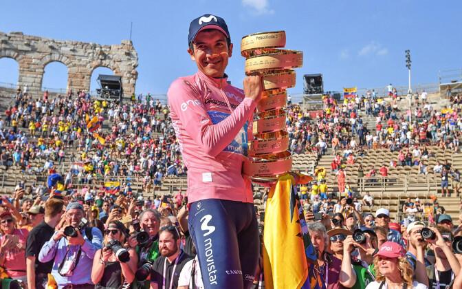 Richard Carapaz Giro võidutrofeega