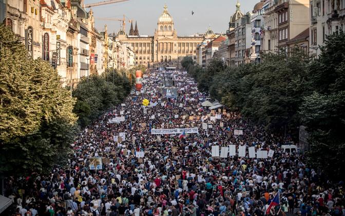 Несколько десятков тысяч человек вышли на акцию протеста в Праге с требованием отставки премьер-министра страны Андрея Бабиша.