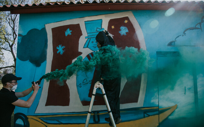 Cтену заброшенной насосной станции железнодорожного вокзала в Вильянди украсил человек со спичечного коробка.