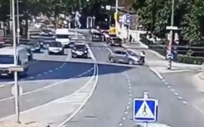 Stoppkaader hetkest, kui vasakpööret sooritanud auto jalgratturile otsa sõitis.