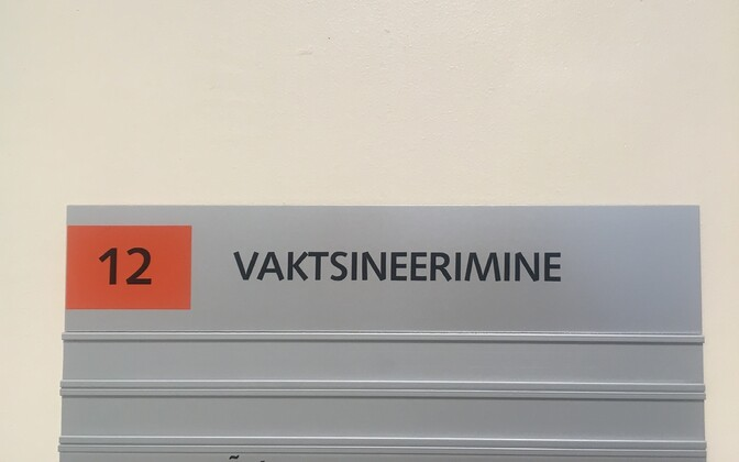 Silt Merimetsa nakkuskeskuse vaktsineerimiskabineti uksel.