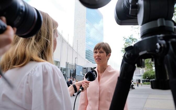 Kersti Kaljulaid New Yorgis ÜRO peahoone ees ERR-ile intervjuud andmas.