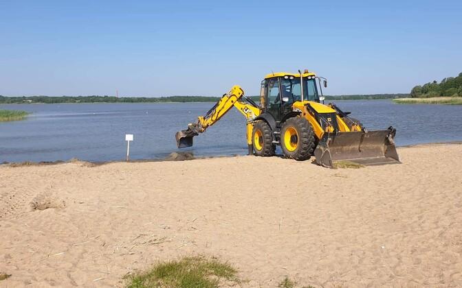 Очистка дна на пляже у озера Харку.