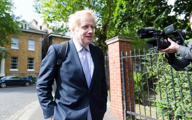 Boris Johnson oma kodu ees Londonis.