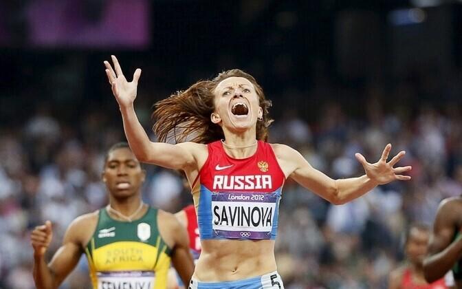 Мария Савинова побеждает в беге на дистанции 800 м на Олимпийских играх 2012 года.