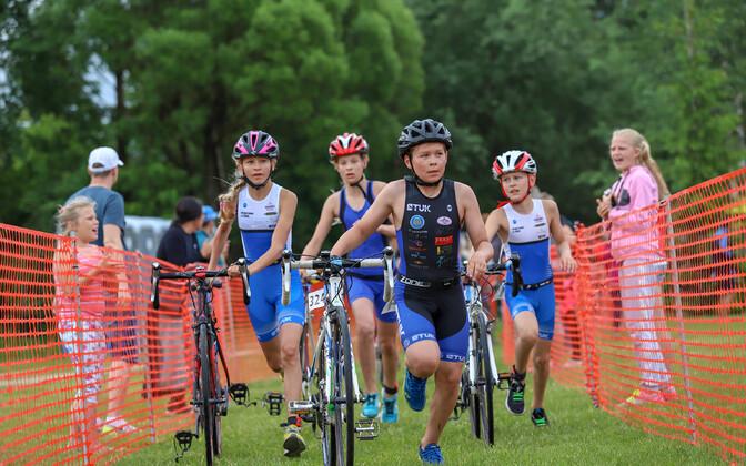Paide triatlonil läksid esimesena rajale lapsed, kes ujusid 150 meetrit, sõitsid neli kilomeetrit rattaga ja jooksid ühe kilomeetri